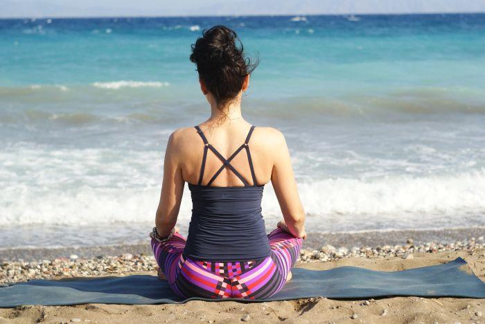 Meditujúca žena na brehu mora